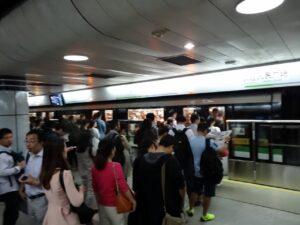 朝の人民広場駅の2号線のホーム
