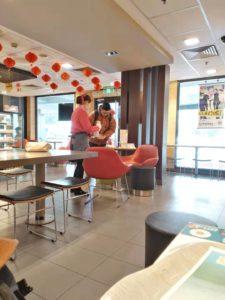 上海のマクドナルド店内